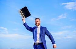 De zakenman met laptop wacht terwijl aan Internet verbind Het zoeken van wifinetwerk Verbindingsproblemen Zakenman royalty-vrije stock afbeelding