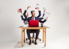 De zakenman met velen dient elegant kostuum in die met document, document, contract, omslag, businessplan werken stock afbeeldingen