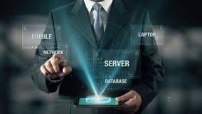 De zakenman met Wolk Gegevensverwerkingsconcept kiest Netwerk van Gegevensbestand Mobiele Laptop Server gebruikend digitale table stock footage