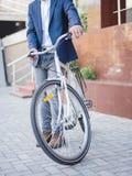 De zakenman nam de fiets en gaat met hem werken royalty-vrije stock afbeelding