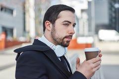 De zakenman neemt een koffiepauze stock foto's