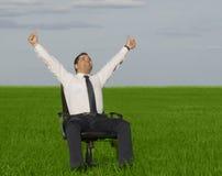 De zakenman neemt energie van aard Stock Foto