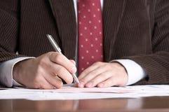 De zakenman ondertekent documenten royalty-vrije stock foto