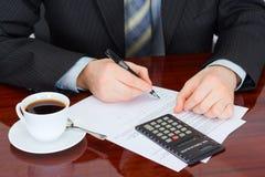 De zakenman ondertekent documenten Stock Afbeeldingen