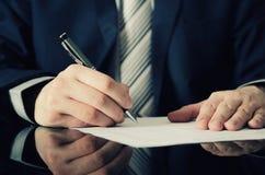 De zakenman ondertekent een contract Royalty-vrije Stock Foto's