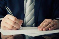 De zakenman ondertekent een contract Stock Foto