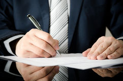 De zakenman ondertekent een contract Stock Afbeelding