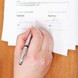 De zakenman ondertekent een overeenkomst door zilveren pen Royalty-vrije Stock Foto