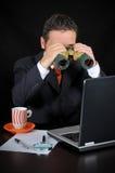 De zakenman onderzoekt Royalty-vrije Stock Afbeelding
