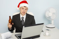 De zakenman ontmoet nieuw jaar nog werkend royalty-vrije stock afbeeldingen