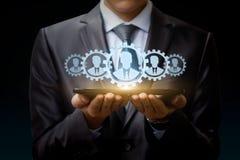 De zakenman op tablet vertegenwoordigt een team van Klanten royalty-vrije stock afbeelding