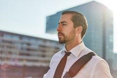 De zakenman overdenkt toekomst royalty-vrije stock fotografie