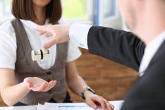 De zakenman overhandigt een kotelet uit geld royalty-vrije stock afbeeldingen