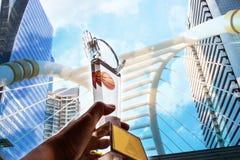 De zakenman overhandigt opgeheven en holdings lichte toont tropy, successfu Royalty-vrije Stock Fotografie