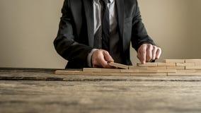 De zakenman overhandigt van de de bouwmuur of trap concept Stock Fotografie