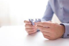 De zakenman overhandigt verbindende puzzel Bedrijfsoplossingen, succes en strategie, het leren concept Sluit omhoog foto Stock Afbeelding