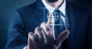 De zakenman raakt virtueel globaal pictogram Stock Foto