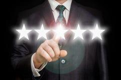 De zakenman richt vijf sterren - overzicht en het schatten concept Royalty-vrije Stock Fotografie