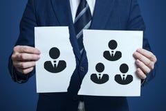 De zakenman scheurde een stuk van document als symbool van meningsverschil in het team Het verwerpen van één teamlid De zakenman  stock fotografie