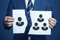 De zakenman scheurde een stuk van document als symbool van meningsverschil in het team Het verwerpen van één teamlid De zakenman  royalty-vrije stock foto's