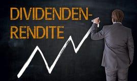 De zakenman schrijft Dividendenrendite in Duits dividend op bla royalty-vrije stock afbeeldingen