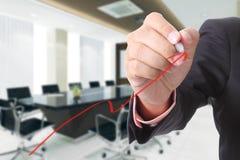 De zakenman schrijft het groeien de grafiek voor geval toont Royalty-vrije Stock Afbeeldingen