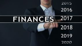 De zakenman selecteert de financiën van 2019 rapporteert over het virtuele scherm, geldstatistieken stock footage
