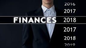 De zakenman selecteert de financiën van 2018 rapporteert over het virtuele scherm, geldstatistieken stock foto's