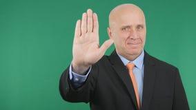De zakenman Smile en maakt het Verboden Teken van de Eindehand Gebaar royalty-vrije stock fotografie