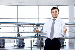 De zakenman in sporthal Royalty-vrije Stock Fotografie