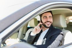 De zakenman telefoneert terwijl het drijven van een auto royalty-vrije stock foto's