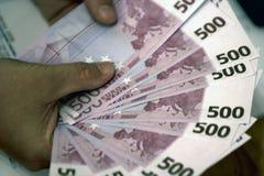 De zakenman telt geld royalty-vrije stock afbeelding