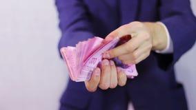 De zakenman telt geld in handen stock videobeelden