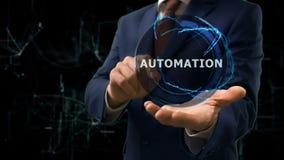 De zakenman toont de Automatisering van het conceptenhologram op zijn hand stock footage