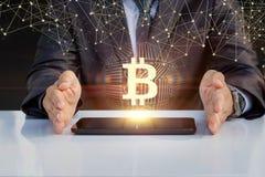 De zakenman toont bitcoin op een tablet royalty-vrije stock fotografie