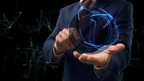 De zakenman toont conceptenhologram 3d smartphone op zijn hand
