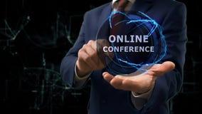 De zakenman toont conceptenhologram Online conferentie over zijn hand