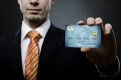 De zakenman toont creditcard royalty-vrije stock afbeelding