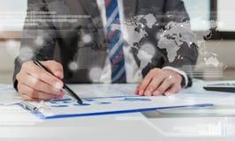 De zakenman toont het analyseren van rapport, bedrijfsprestaties Royalty-vrije Stock Fotografie