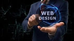 De zakenman toont het Webontwerp van het conceptenhologram op zijn hand stock video