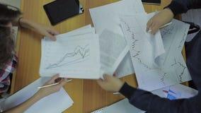 De zakenman toont jaarverslag, zaken stock videobeelden