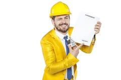 De zakenman toont waar u moet ondertekenen om een huis te kopen Stock Fotografie