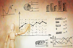 De zakenman trekt diverse grafieken Stock Fotografie