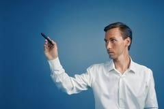 De zakenman trekt iets op het interactieve transparante scherm stock afbeeldingen