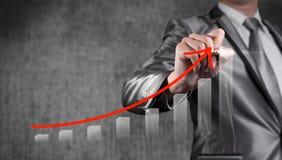 De zakenman trekt rode kromme met grafiek, bedrijfsstrategie Royalty-vrije Stock Afbeeldingen