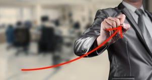 De zakenman trekt rode krommelijn, conceptuele zaken Stock Fotografie