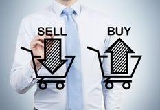 De zakenman trekt 'verkoopt en koopt' pijlen op het glasscherm Stock Afbeeldingen