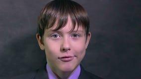 De zakenman van de jongenstiener maakt de emoties van gezichtengezichten langzame motie overvallen stock videobeelden
