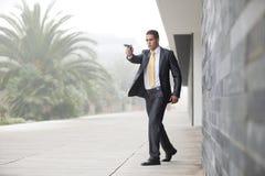 De Zakenman van de veiligheid met een pistool Royalty-vrije Stock Foto's