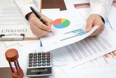 De zakenman van de werkplaats Contracten, grafieken, en grafieken op het bureau royalty-vrije stock fotografie